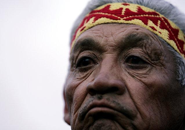 Un indígena mapuche asiste a la ceremonia de beatificación del indio argentino Ceferino Namuncura en Chimpay, Argentina