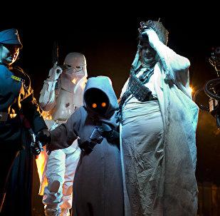 Fans de la saga de Star Wars con trajes de los personajes (archivo)