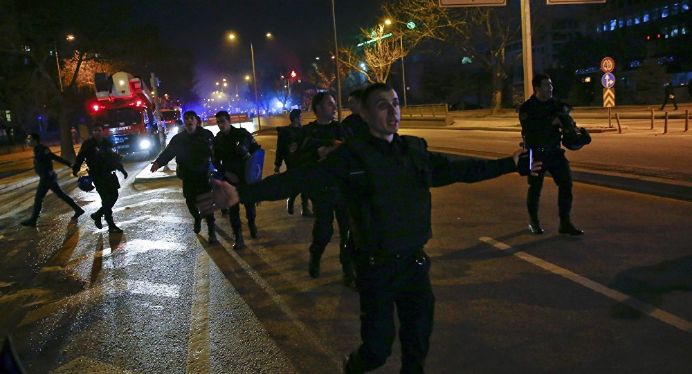Policías turcos en el lugar del atentado en Ankara