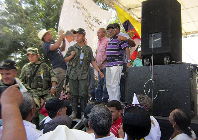 Guerrilleros de las FARC hacen campaña por la paz en plaza pública de Colombia (archivo)
