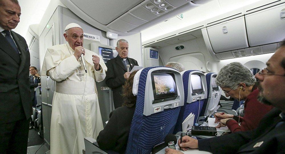 Papa Francisco durante el encuentro con medios a bordo del avión papal
