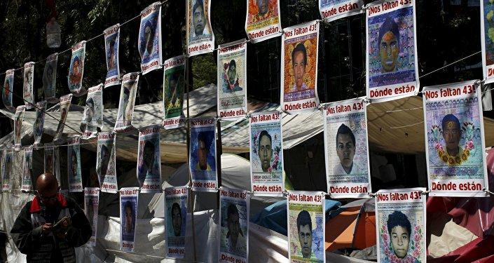 Fotos de los 43 estudiantes de la escuela de maestros rurales de Ayotzinapa desaparecidos el 27 de septiembre de 2014 (archivo)