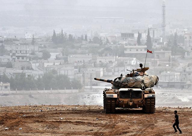 Los soldados turcos en tanque enfrente de la ciudad siria de Ain al-Arab, conocida como Kobane en la frontera entre Turquía y Siria