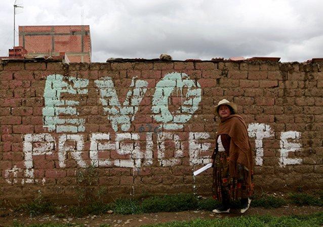 Una mujer boliviana en las afueras de La Paz, Bolivia