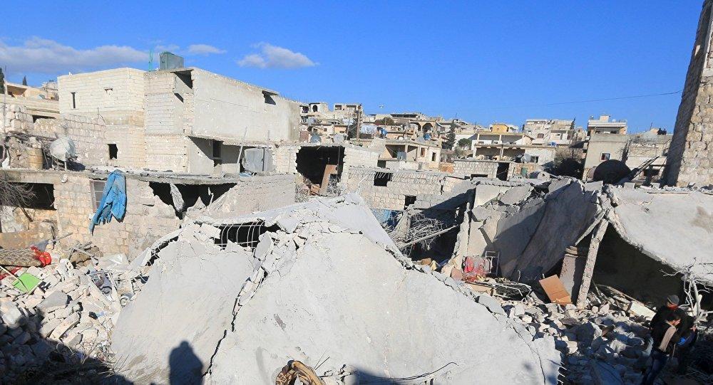 Edificios destruidos por los bombardeos en la ciudad de Turmanin, Siria