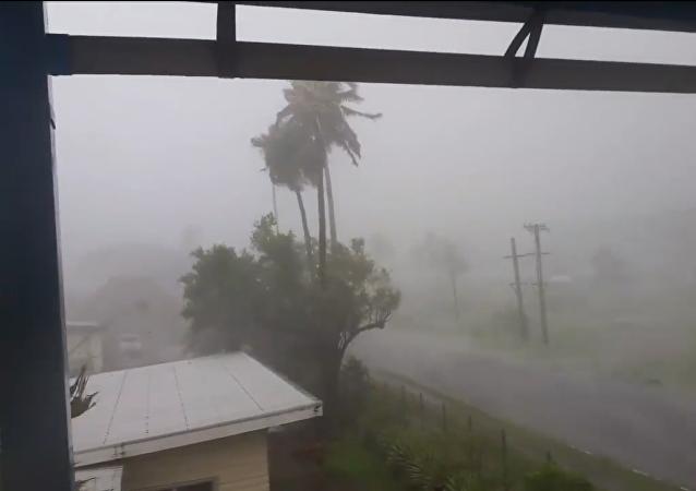 Huracán con vientos de 300 km por hora impacta Fiyi