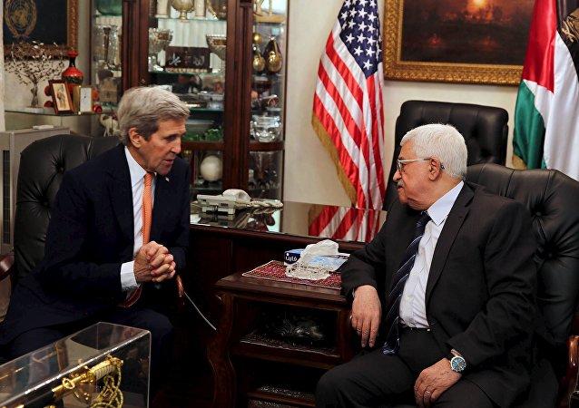 Secretario de Estado de EEUU, John Kerry y  Ppesidente de Palestina, Mahmud Abás