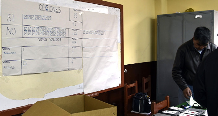 Miembros del jurado electoral cuentan votos del referéndum de Bolivia