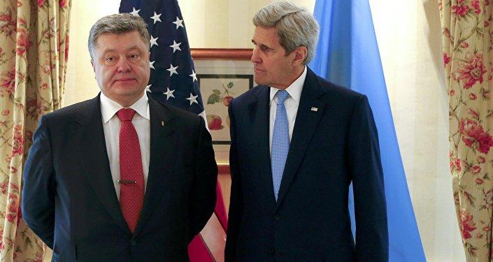 Secretario de Estado de EEUU, John Kerry, y el presidente de Ucrania, Petró Poroshenko
