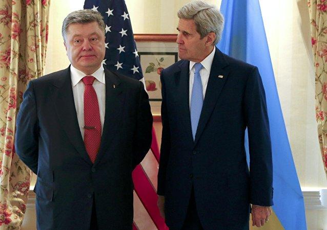 Secretario de Estado de EEUU, John Kerry, y el presidente de Ucrania, Petró Poroshenko (archivo)