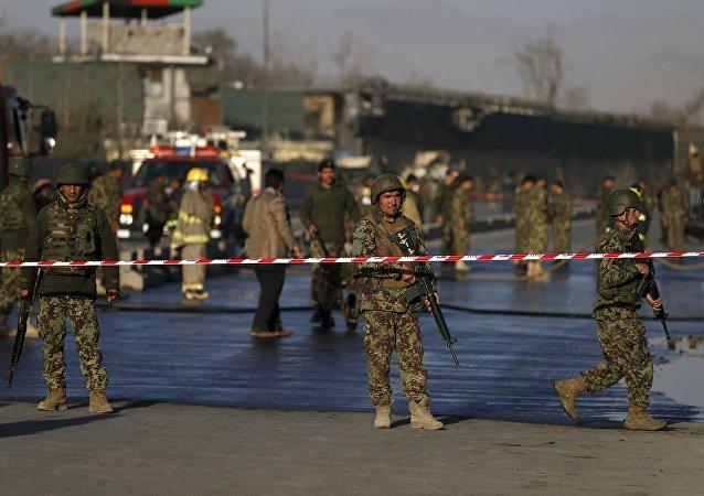 Los soldados afganos cerca del sitio del ataque suicida en Kabul