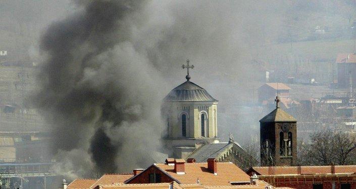 Una iglesia serbia en llamas en Kosovo (archivo)
