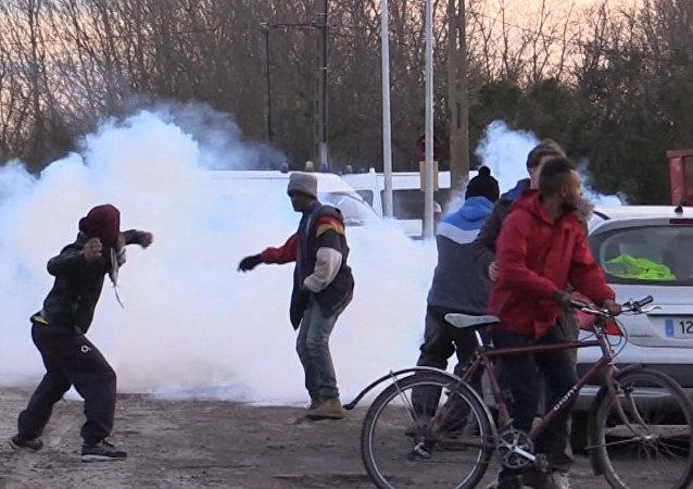 Refugiados se enfrentan a la policía en Francia