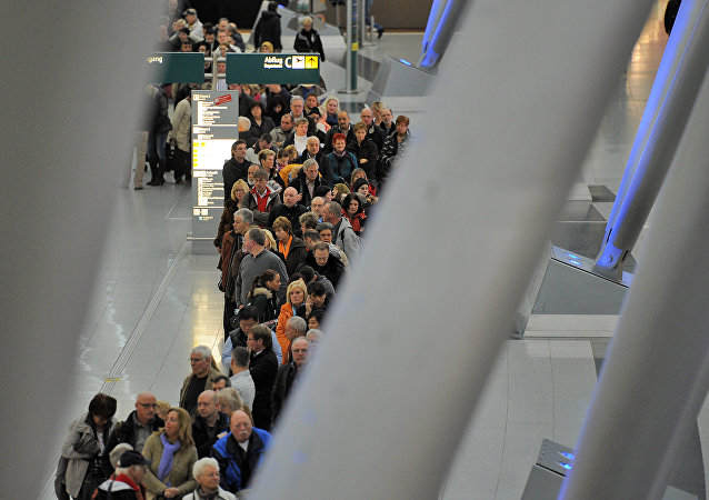 La gente en el aeropuerto de Düsseldorf