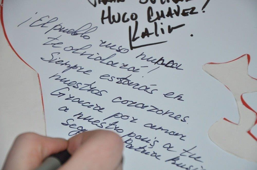 En el evento homenaje a Hugo Chávez los asistentes escribieron sus mensajes en un pendón, como una muestra del gran cariño y amor que sintió el pueblo ruso por el líder de la Revolución Bolivariana. Embajada de Venezuela en Moscú, 02.03.2016