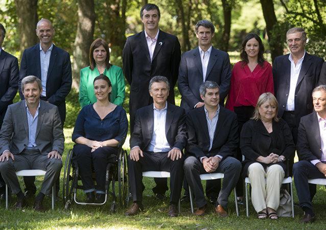 Mauricio Macri, presidente de Argentina, con algunos miembros de su nuevo gabinete