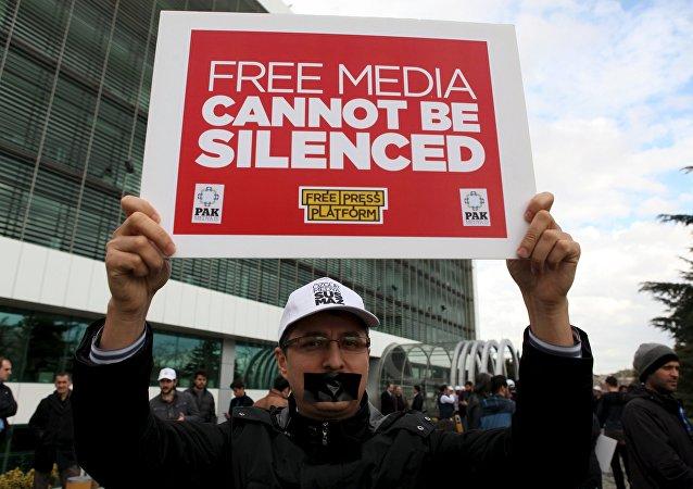 Periodistas del diario opositor Zaman protestan contra la intervención del Estado en los medios