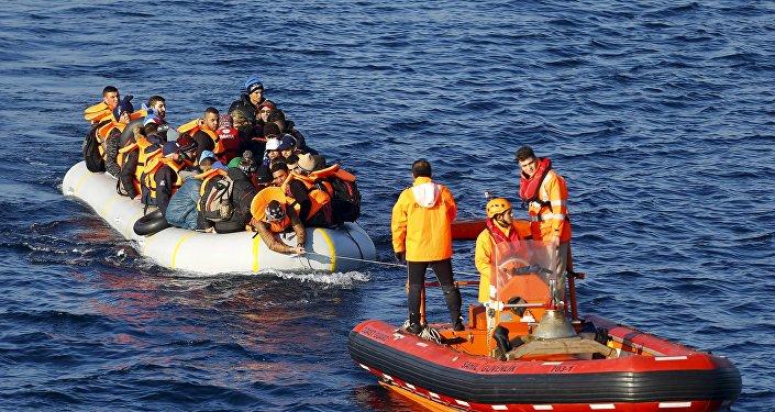 Refugiados (izda.) en el mar de Egeo