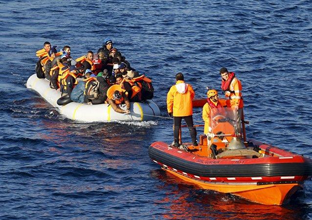 Refugiados (izda.) en el mar (archivo)