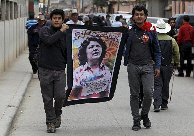 Los participantes del funeral de la dirigente popular indígena Berta Cáceres