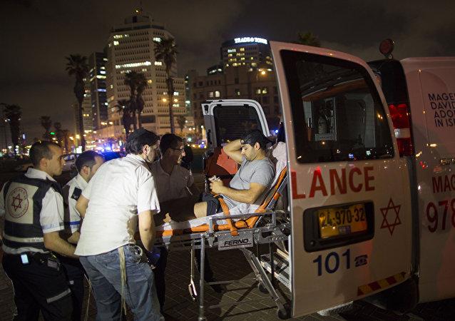 Ambulancia evacua a un herido del lugar del atentado en Tel Aviv