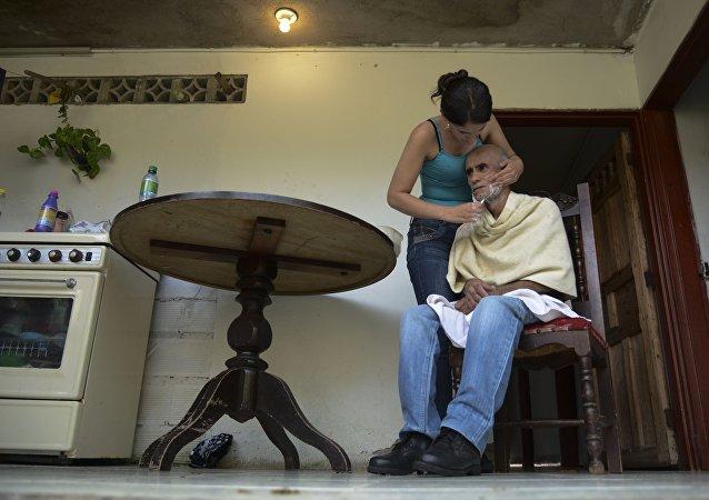 La hija de un paciente con Alzheimer le afeita la barba