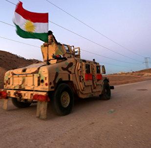 Carro blindado kurdo con la bandera de Kurdistán iraquí