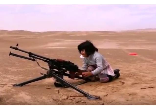 Niñas yemeníes aprenden a disparar ametralladoras y morteros
