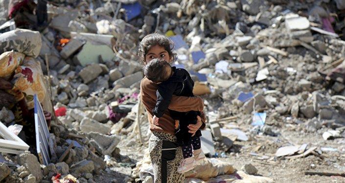 Niños kurdos en la ciudad Cizne bombardeada por Turquía