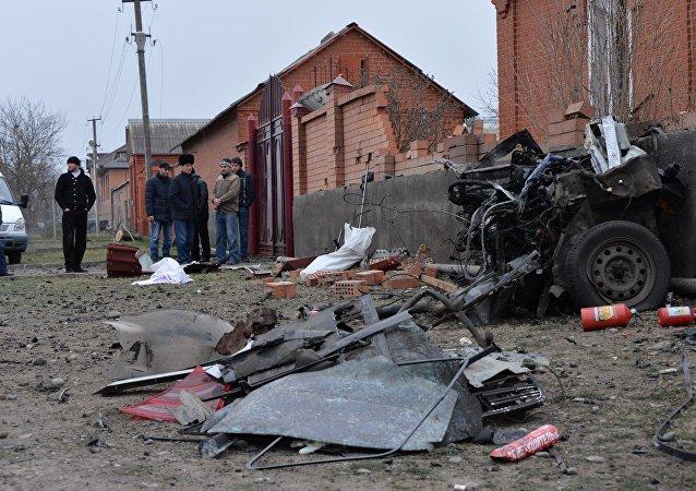 Lugar de la explosión de un coche bomba cerca de una mezquita en Nazrán