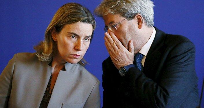 Le jefa de la diplomacia de la UE, Federica Mogherini, y el premier italiano,  Paolo Gentiloni