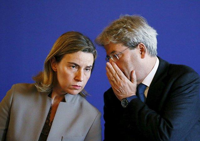 Jefa de la diplomacia europea, Federica Mogherini y canciller de Italia, Paolo Gentiloni