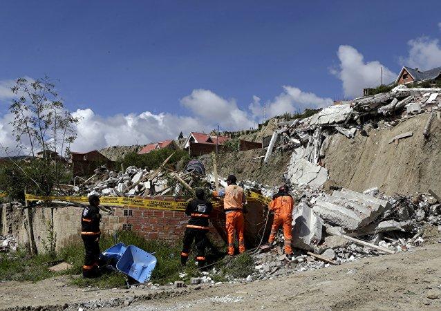 Consecuencias de un deslizamiento de tierra cerca de La Paz, Bolivia
