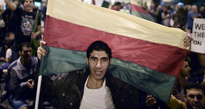 Hombre con una bandera del Partido kurdo de la Unión Democrática de Siria (archivo)