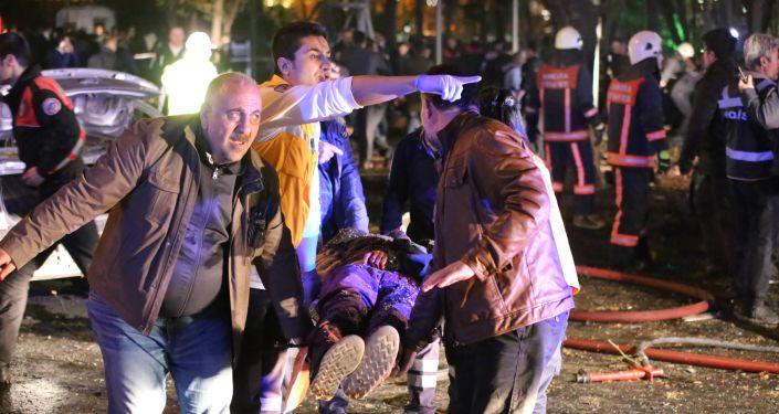 Los socorristas en el lugar del atentado en Ankara