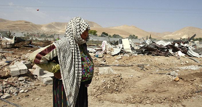 Mujer palestina cerca de su casa destruida por el ejercito israelí en la ciudad de Jericó