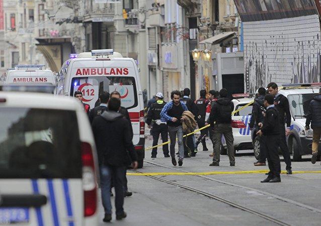 Policías y ambulancias en el lugar del atentado en Estambul
