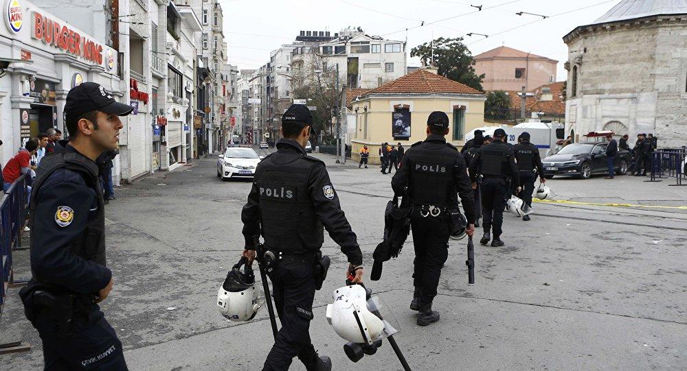 Policía turca en el lugar del atentado en Estambul