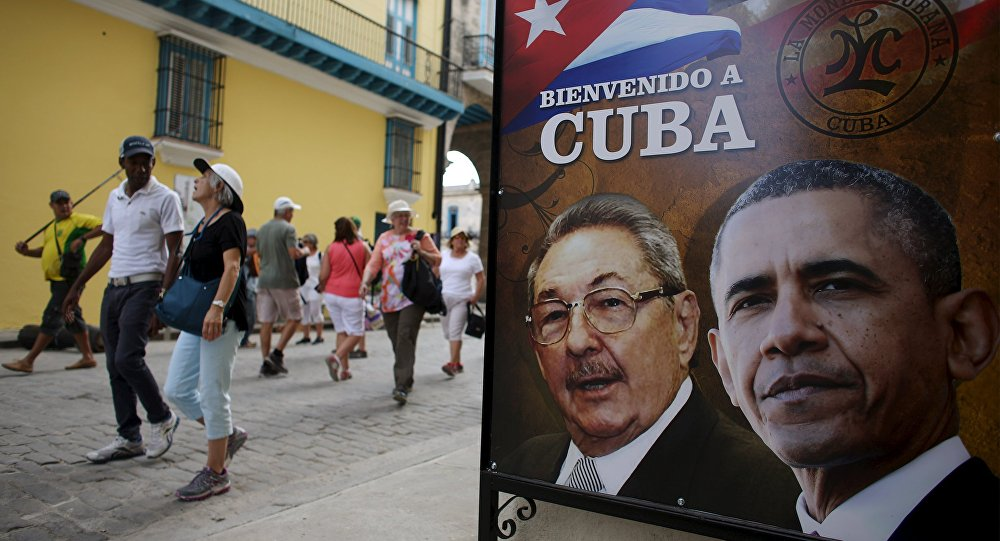 Un cartel con la imagen del líder cubano, Raúl Castro, y el presidente de EEUU, Barack Obama, en La Habana