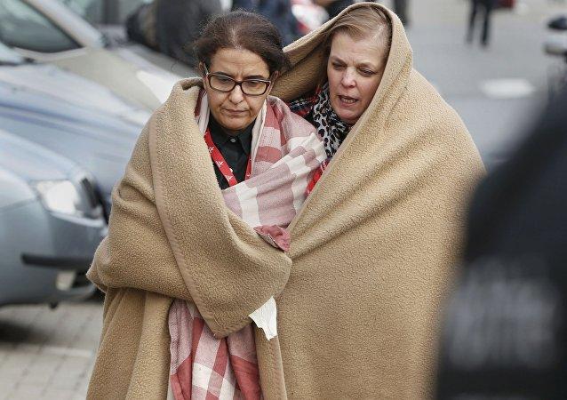 Dos mujeres dejan la escena del ataque terrorista en el aeropuerto de Zaventem en Bruselas
