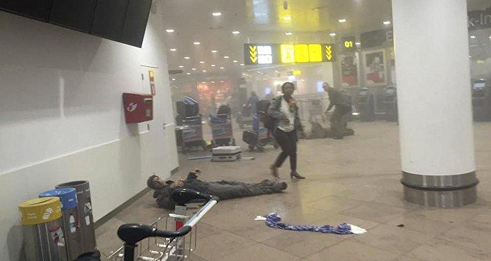 La gente en el lugar del atentado en el aeropuerto de Bruselas