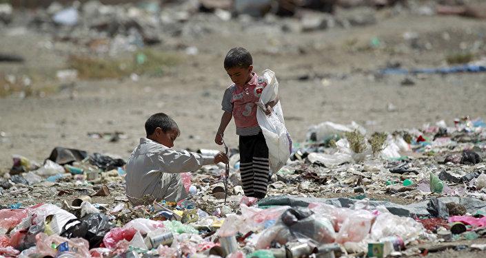Niños yemeníes entre la basura en Saná