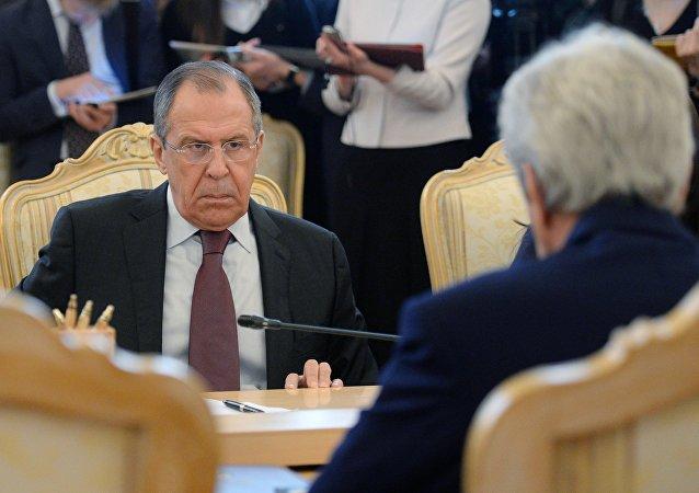 Reunión del ministro de Exteriores de Rusia, Serguéi Lavrov, y el secretario de Estado de EEUU, John Kerry