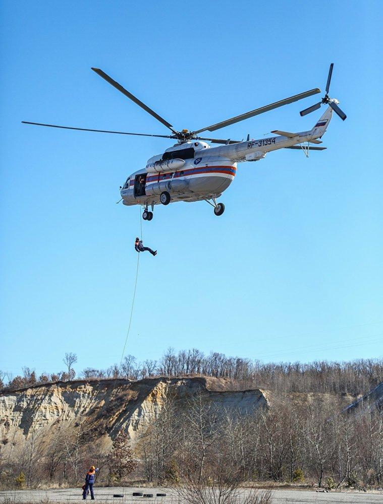 Maniobras de los socorristas del Ministerio de Emergencias de Rusia