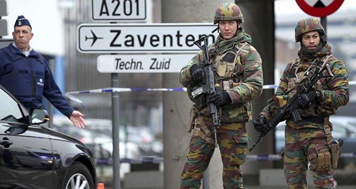 Soldados belgas en el aeropuerto de Bruselas, donde se produjeron dos explosiones el 22 de marzo de 2016