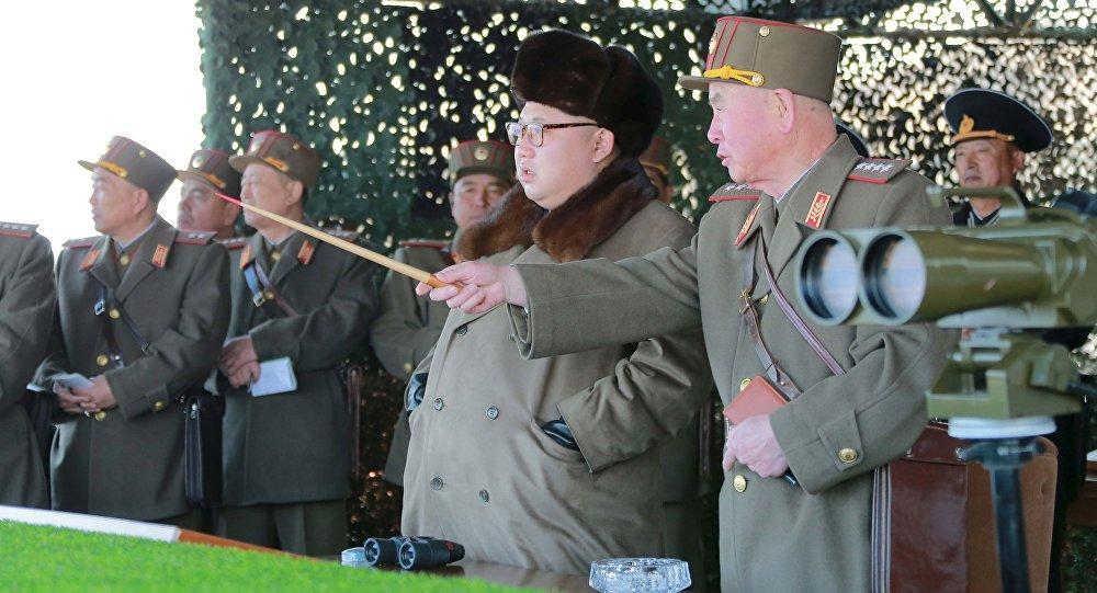 El líder de Corea del Norte, Kim Jong-un durante las maniobras