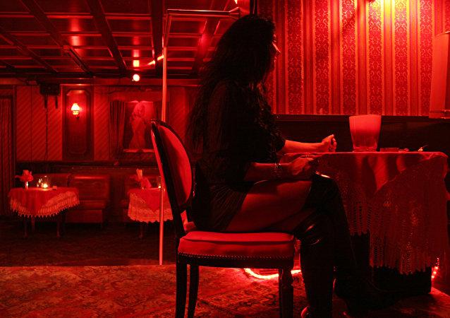Una prostituta en un burdel en (archivo)