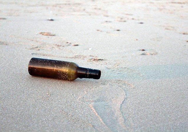 Una botella en la playa