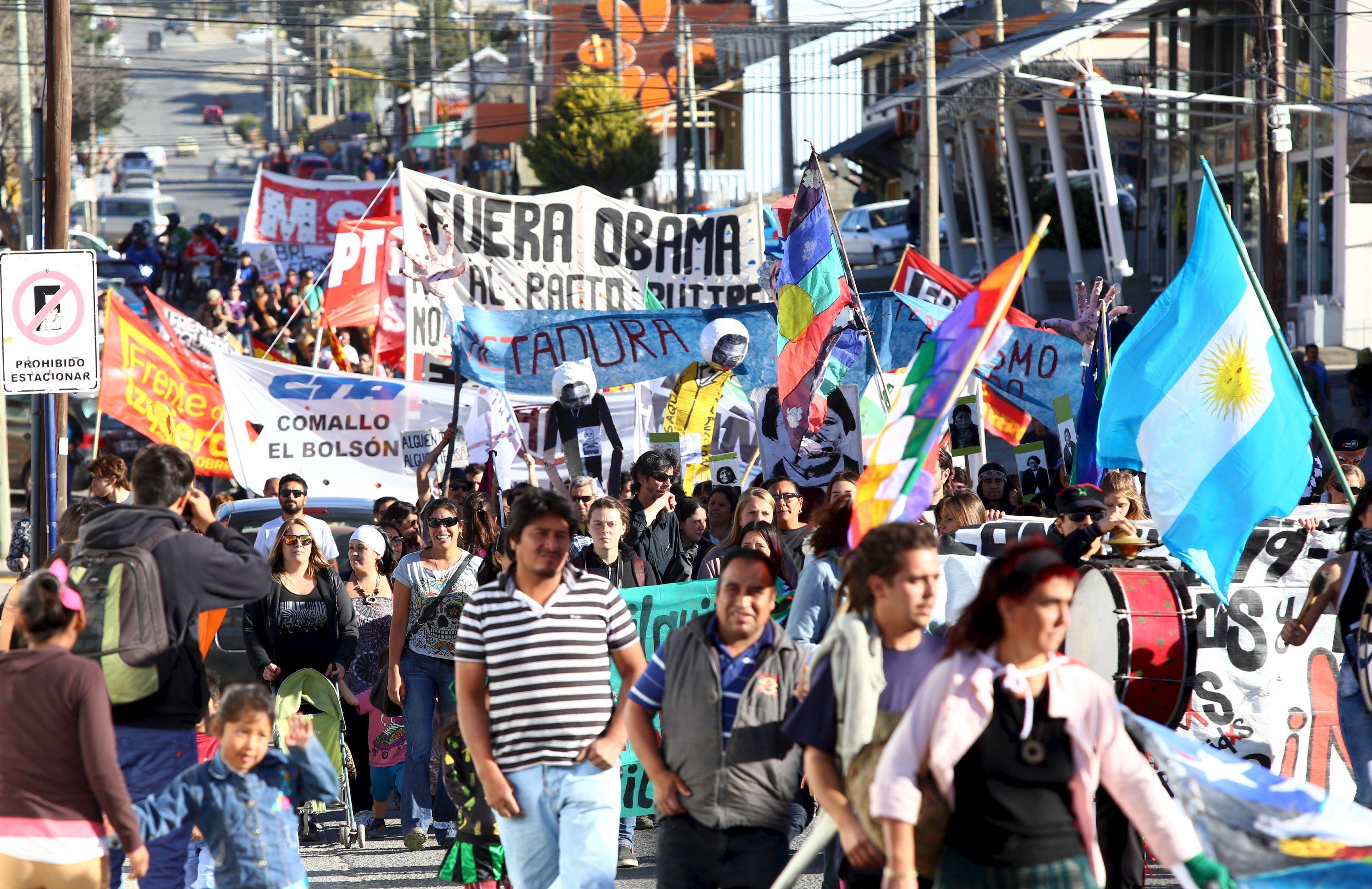 Habitantes de Bariloche, Argentina, protestan contra la llegada del presidente de Estados Unidos, Barack Obama