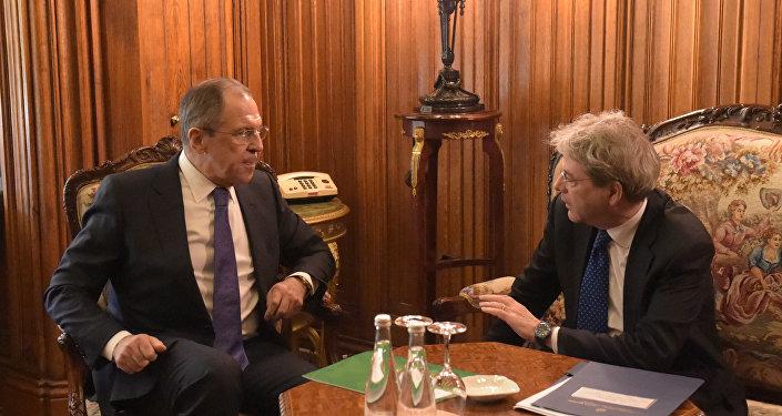 El canciller ruso, Serguéi Lavrov y su homólogo italiano, Paolo Gentiloni (archivo)